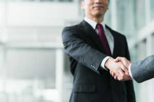 男性が握手を交わしているビジネスシーン