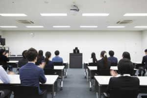 講義を聞きながら拍手をしている受講者たち