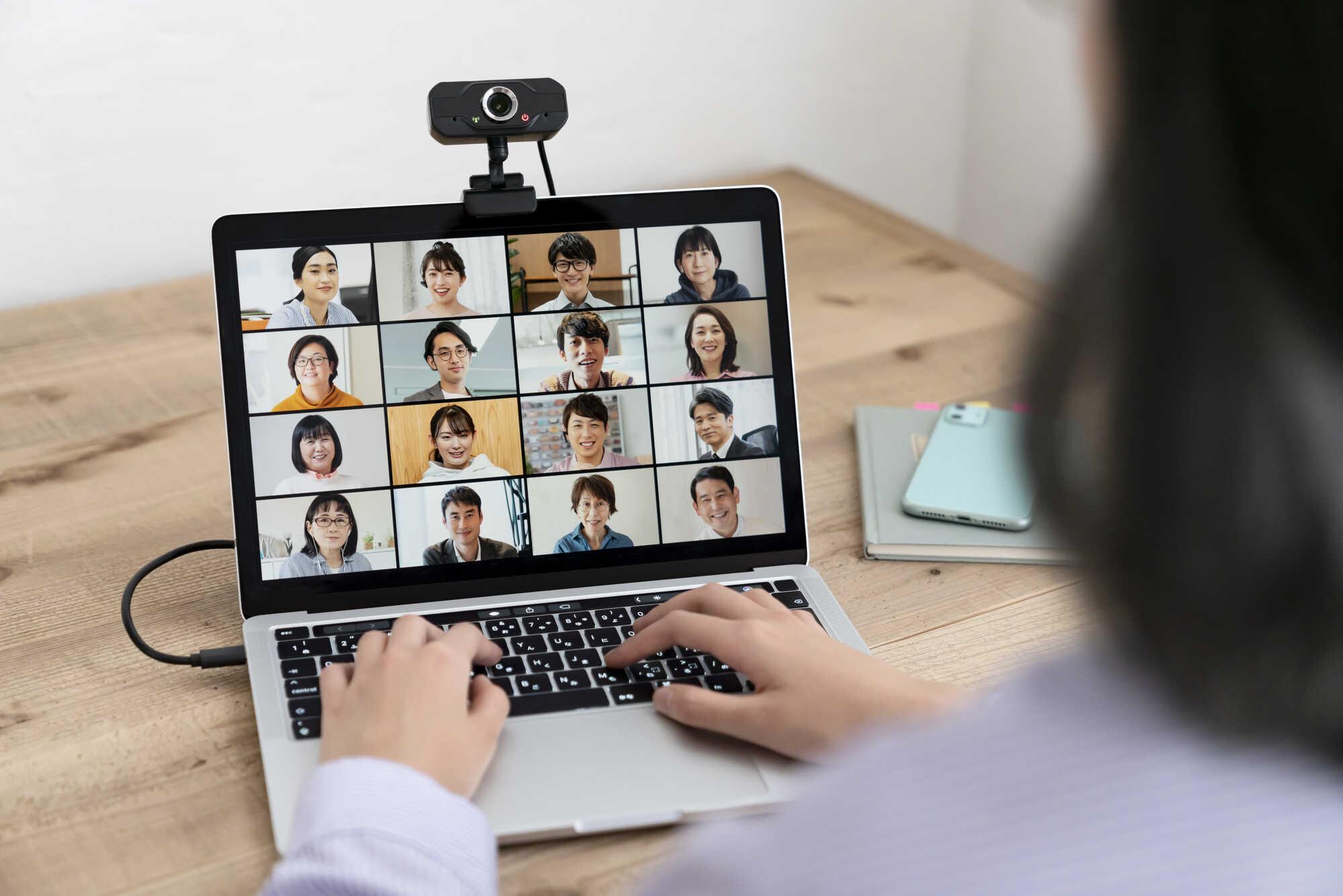 ノートパソコンでWeb会議をしている光景