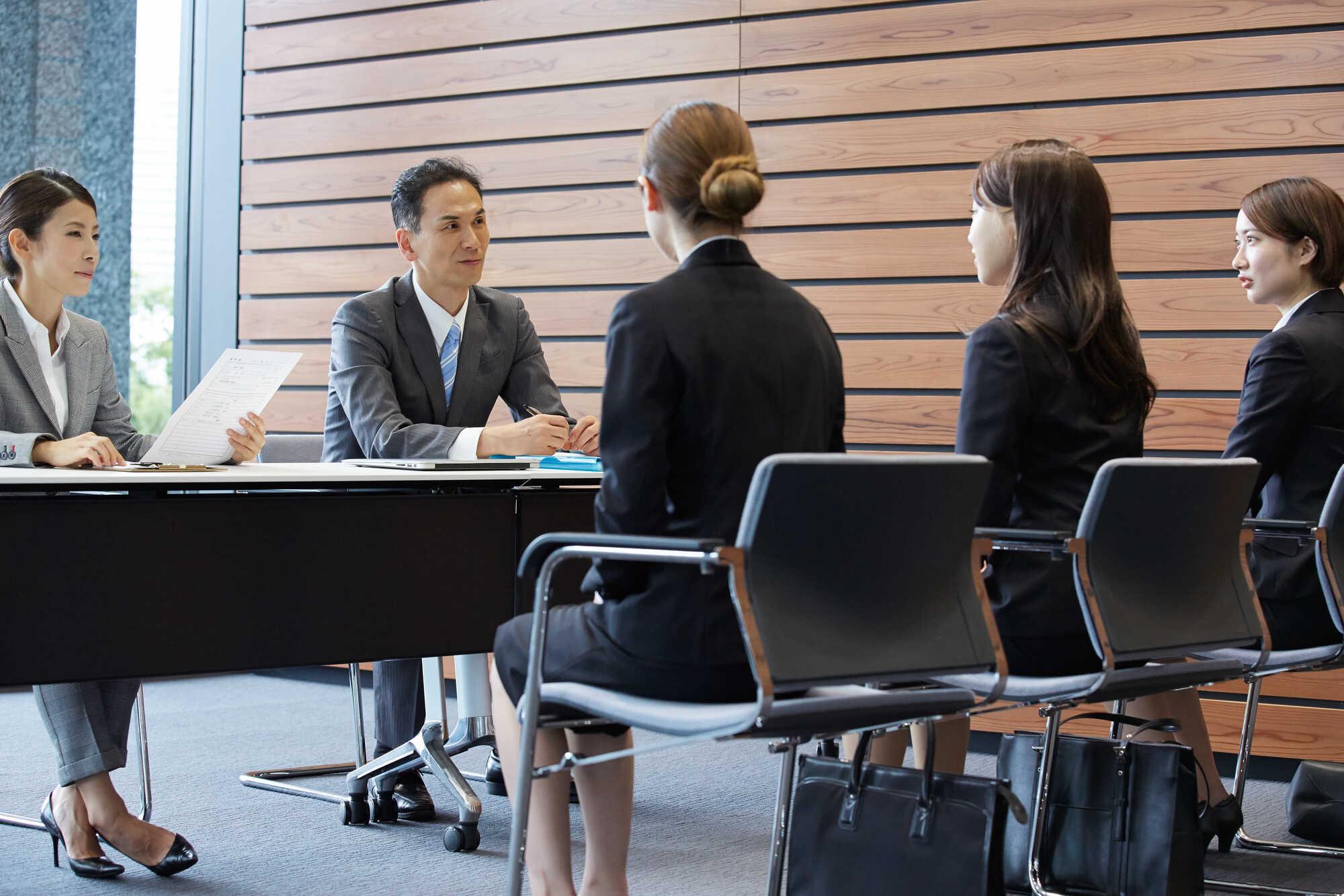 グループ面接中の面接官と求職者たち