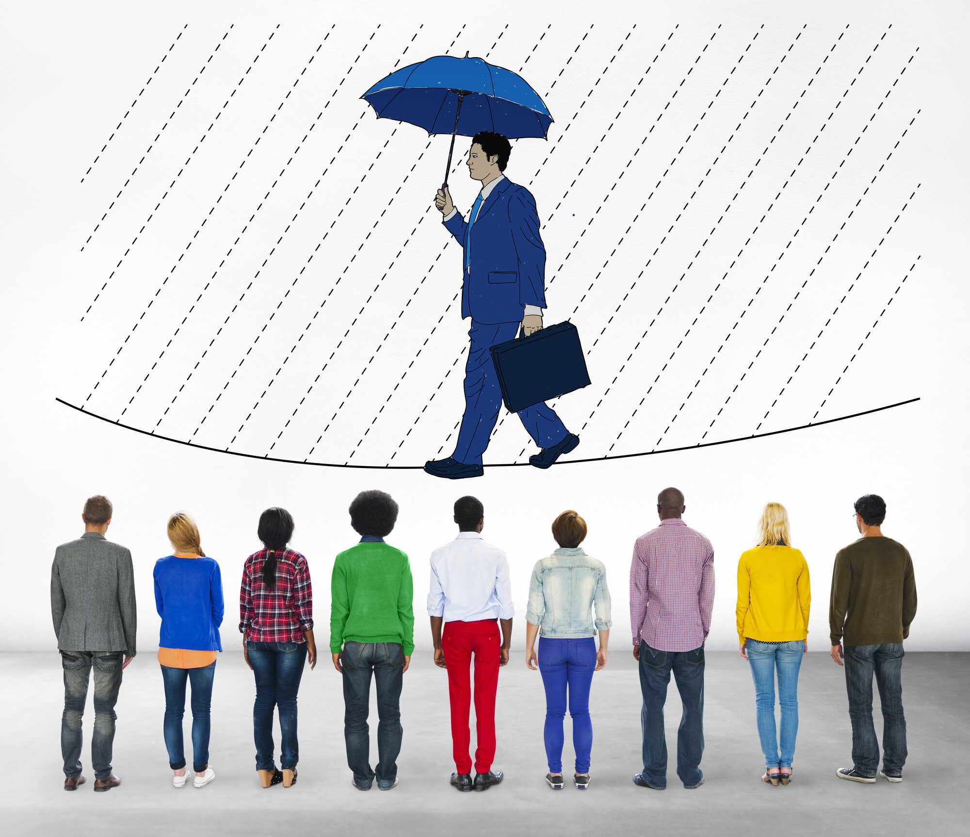 不測の雨にも慌てず傘を差す男性と、男性に注目している人たち