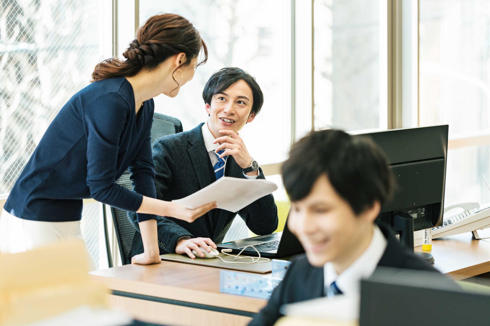 主体性を発揮して上司に提案をする女性