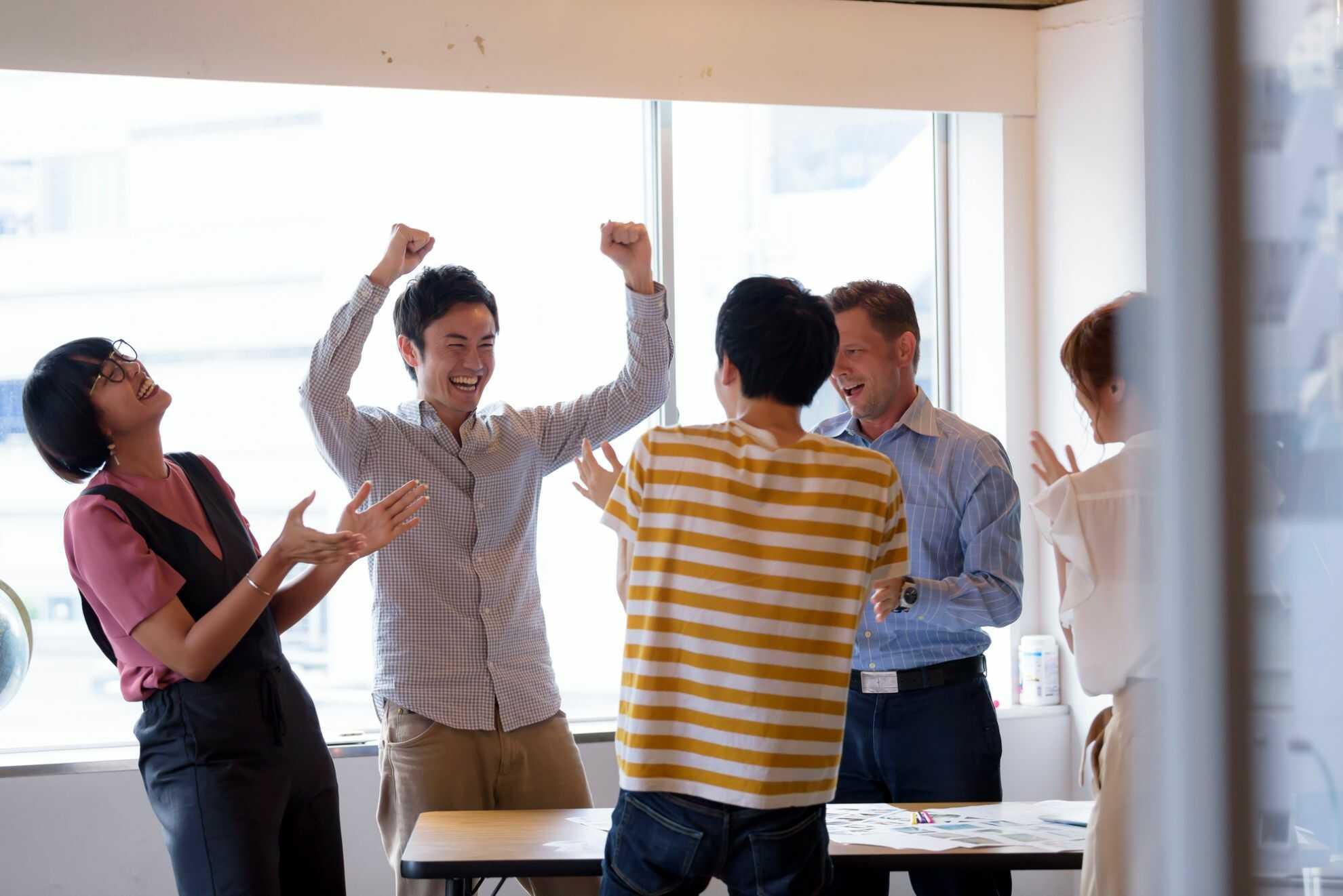 ガッツポーズをする男性を始め喜んでいる人たち