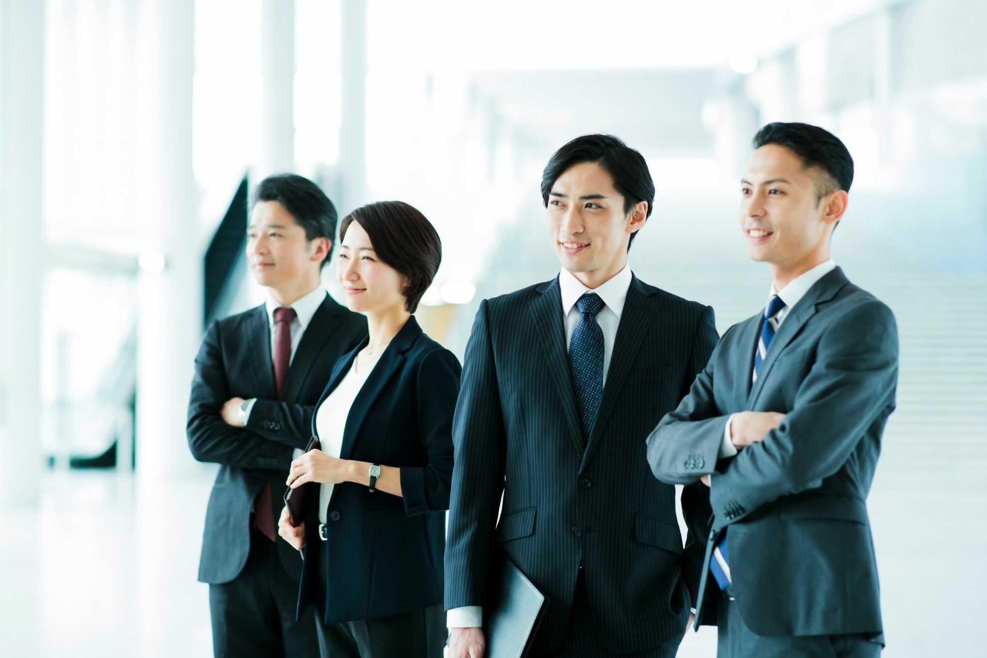 同じ方向を見つめている4人のビジネスパーソン