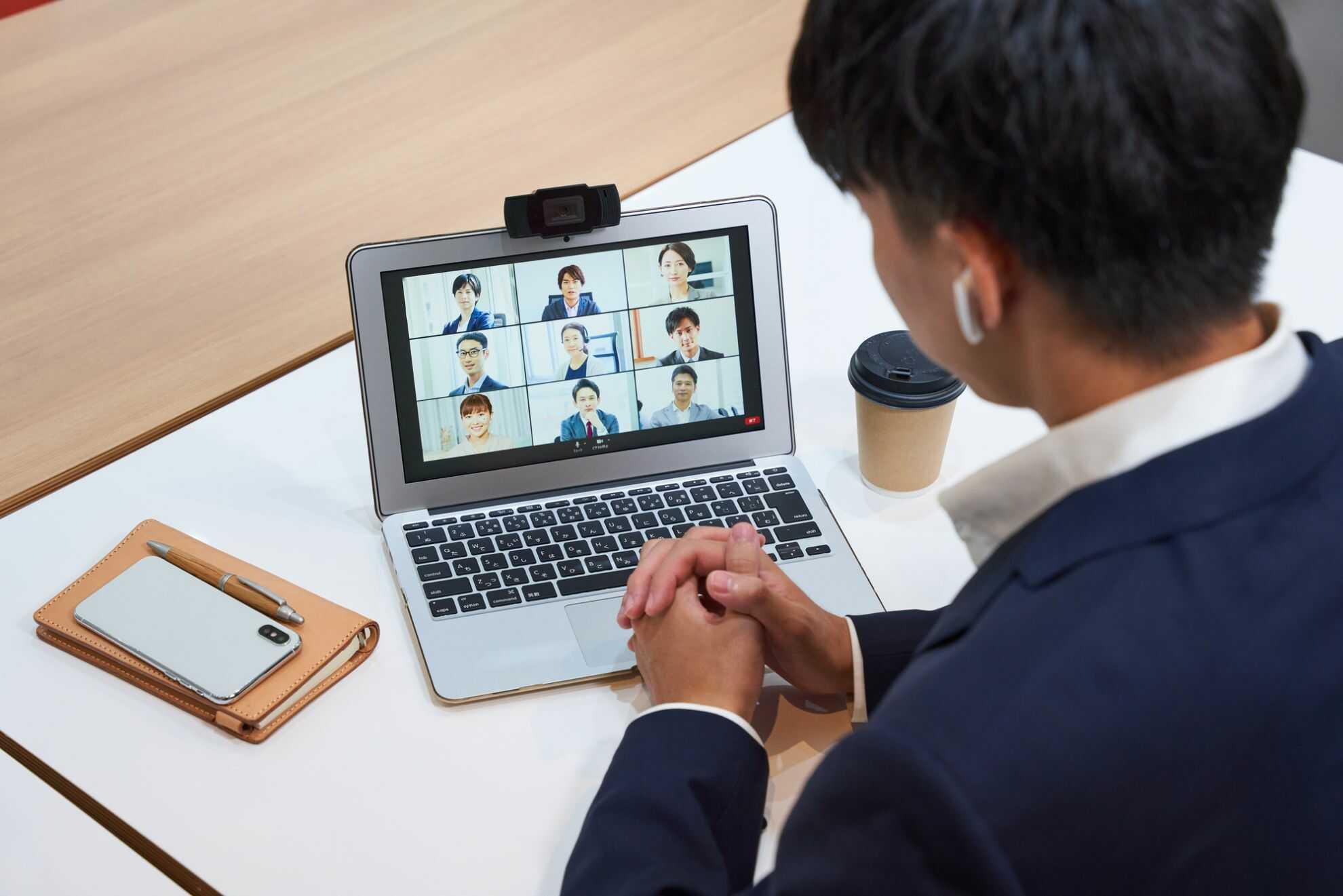 ノートパソコンでオンライン会議中のビジネスパーソン