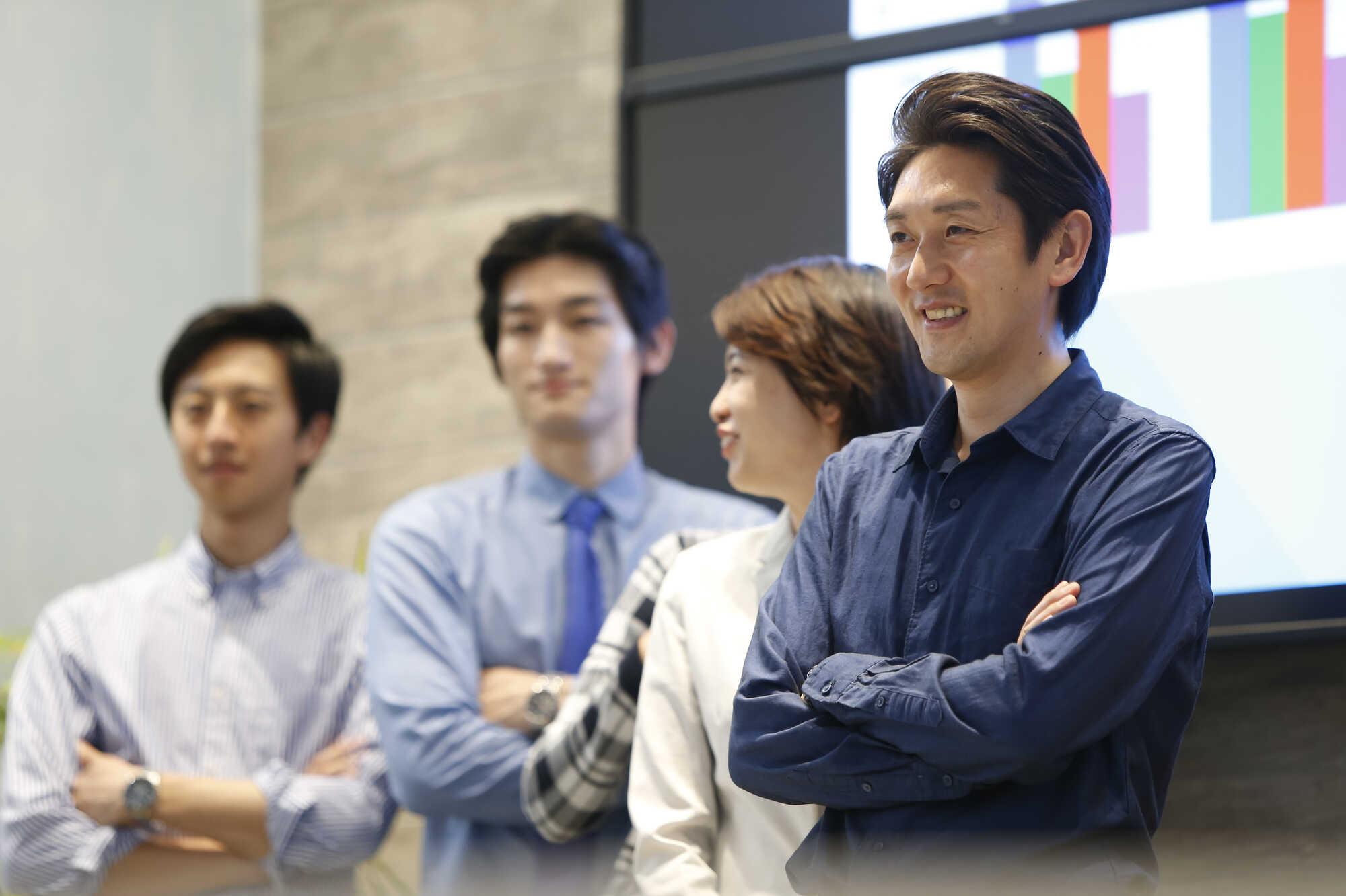 サーバントリーダー(支援型リーダー)は、メンバーの主体性を引き出し活用して組織の目標を達成する