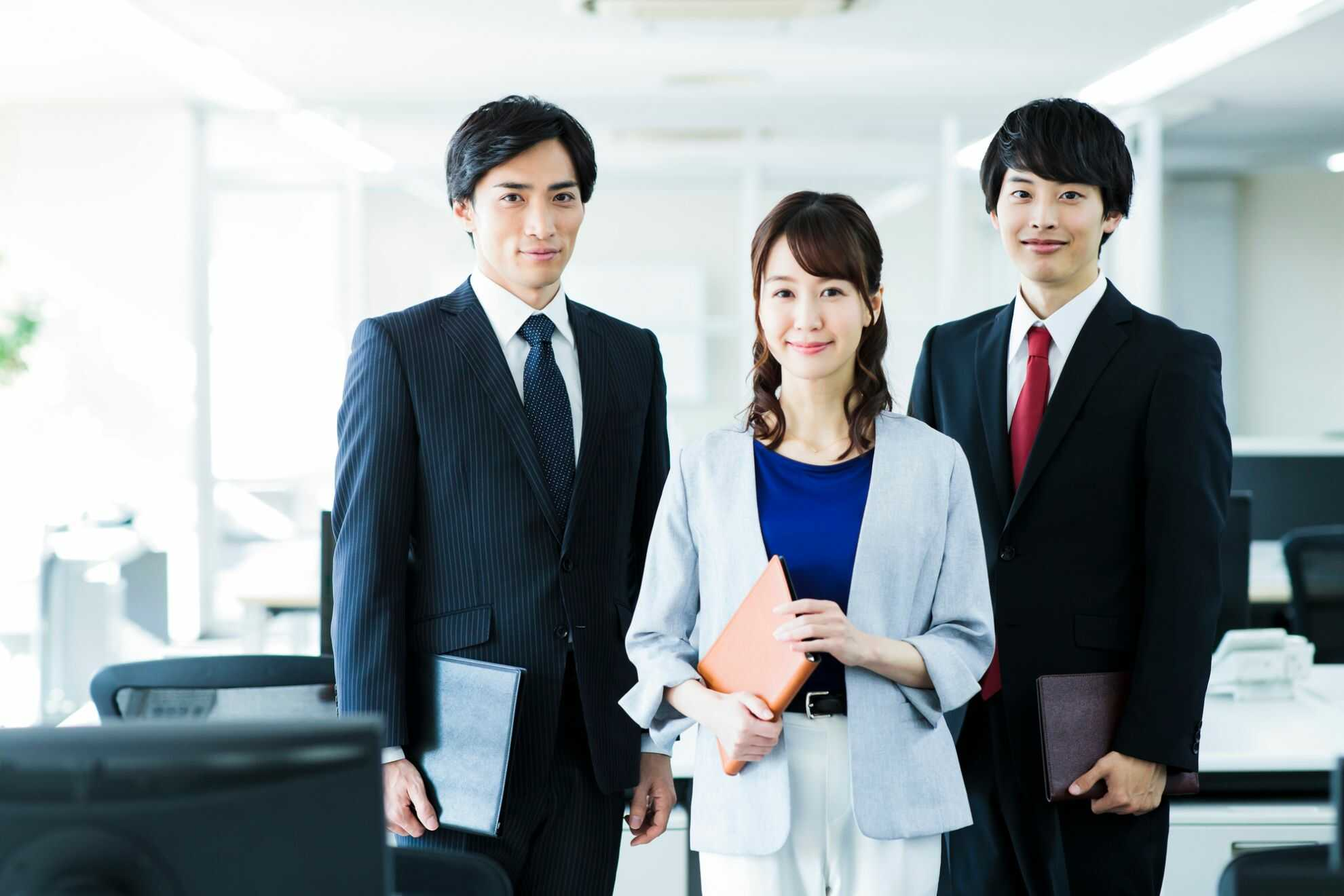 こちらを見つめている3人のビジネスパーソンたち