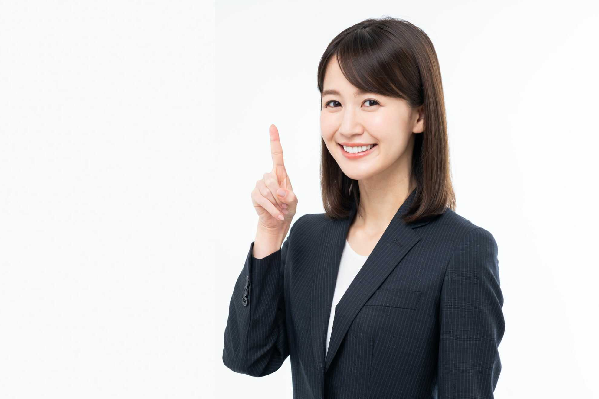 人差し指を立てて微笑んでいる女性