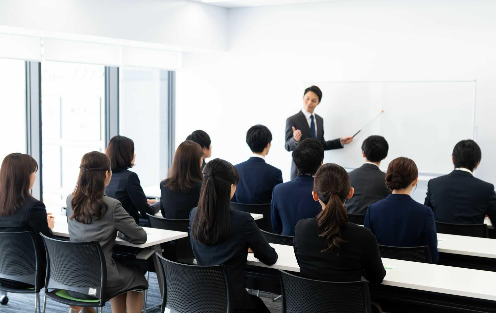 講義に熱心に聴き入っている若手ビジネスパーソンたち