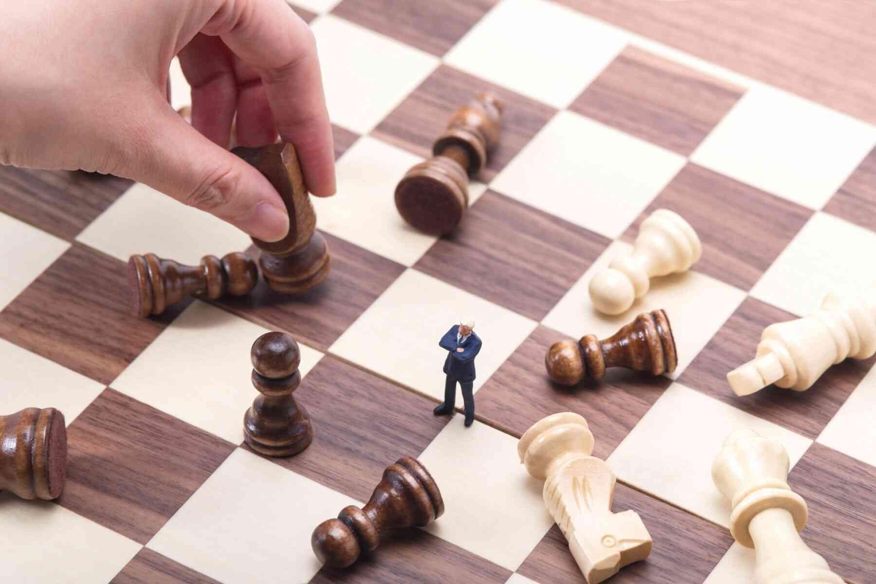 チェス盤上のビジネスマン