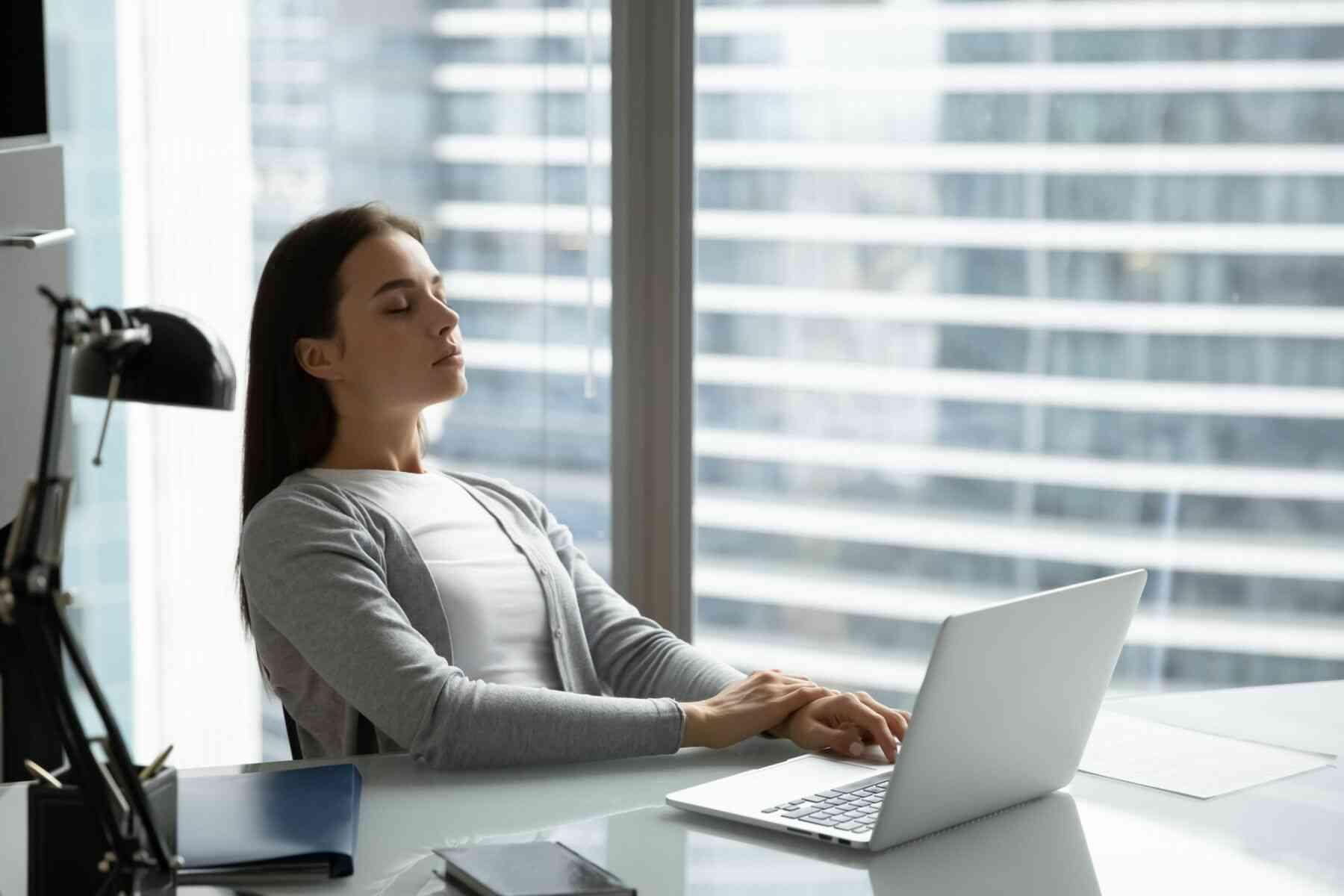 仕事中に瞑想する女性