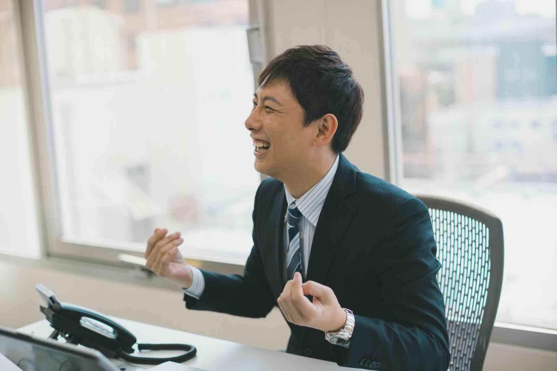 デスクで笑うビジネスマン