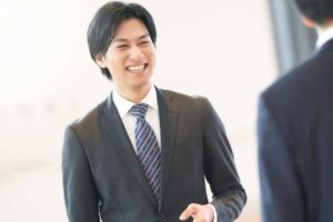 笑顔で話しかけるビジネスマン