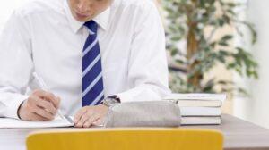 勉強するビジネスマン