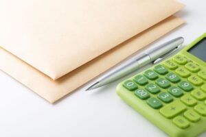 封筒とボールペンと電卓
