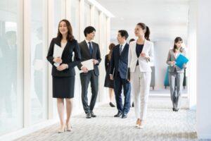 オフィスの廊下を歩くビジネスパーソン