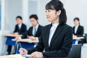 新人研修を受講する女性社員
