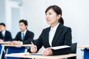 新人研修でメモを取る女性社員