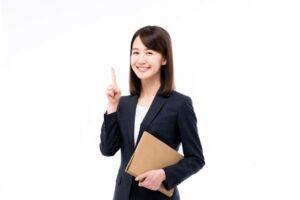 笑顔で人差し指を上げる女性