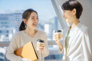 雑談する女性社員