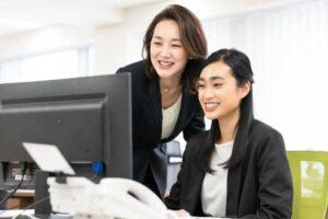 後輩に指導する女性社員