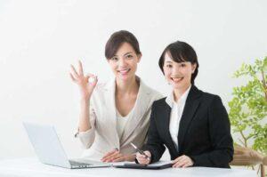 笑顔の新人社員と女性社員