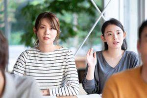 研修で質問をする女性